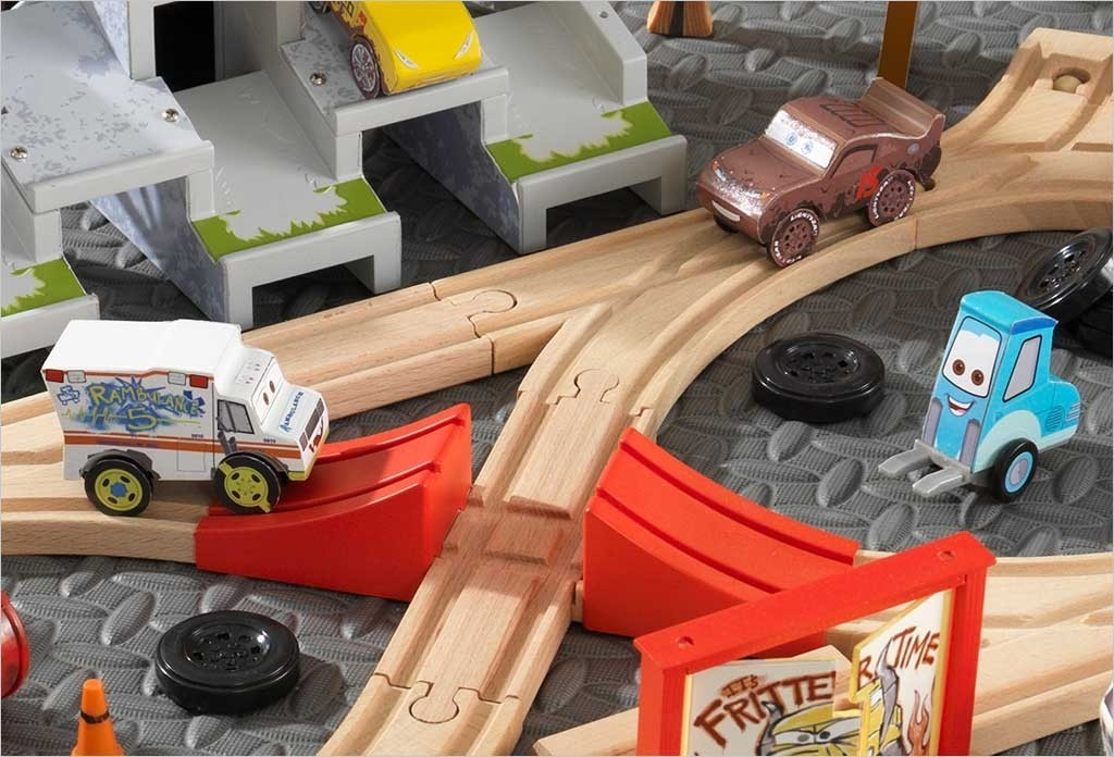 Circuit de course cars 3 piste et d cors thunder hollow kidkraft 17212 - Coloriage cars 3 thunder hollow ...