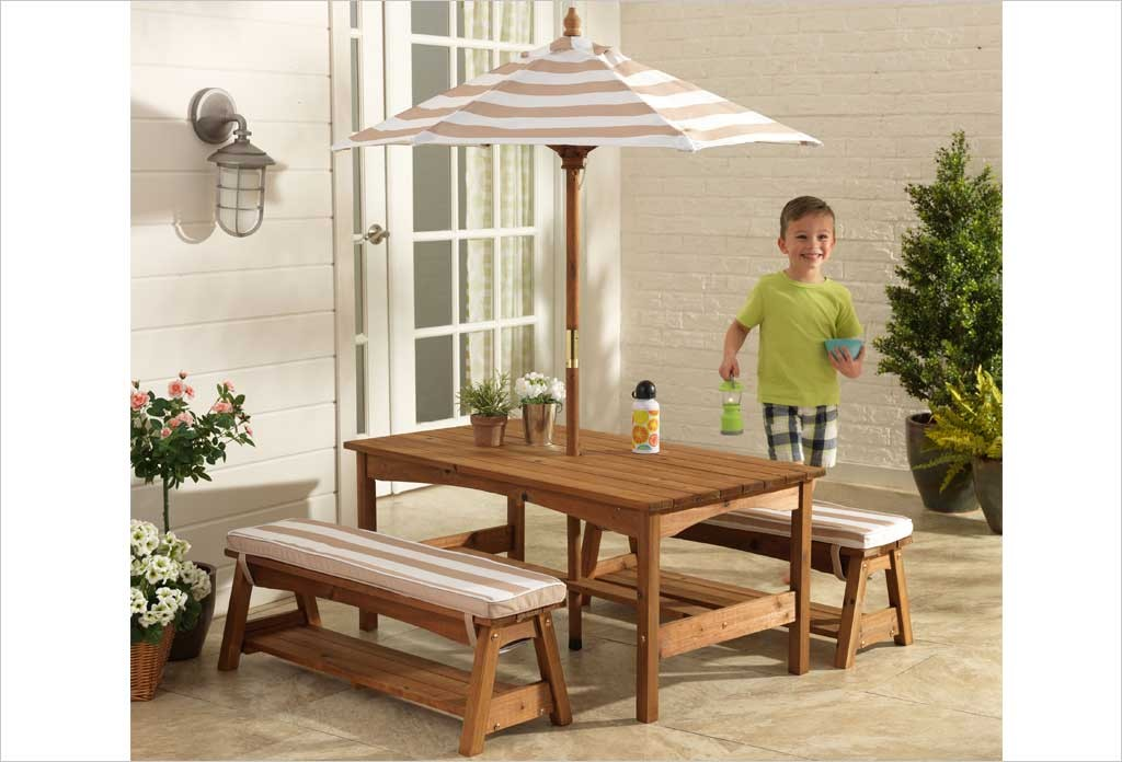 table de jardin en bois pour enfants et bancs et rarasol. Black Bedroom Furniture Sets. Home Design Ideas