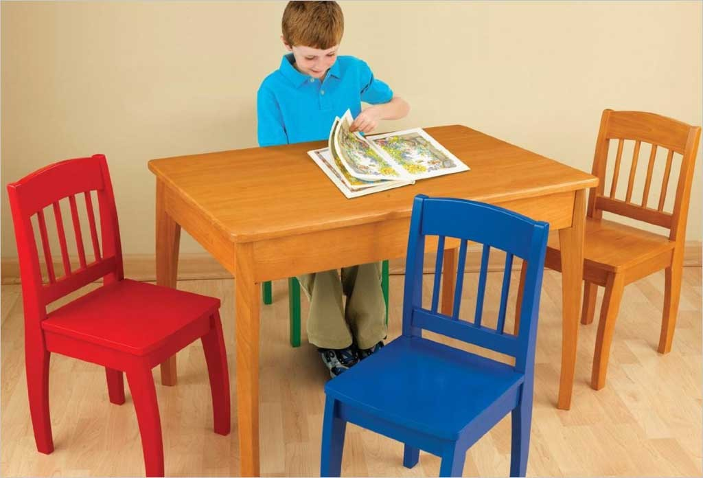 Table en bois pour enfants kidkraft et 4 chaise color es for Chaises colorees