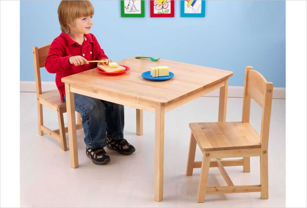 petite table en bois naturel pour enfant et 2 chaises kidkraft. Black Bedroom Furniture Sets. Home Design Ideas